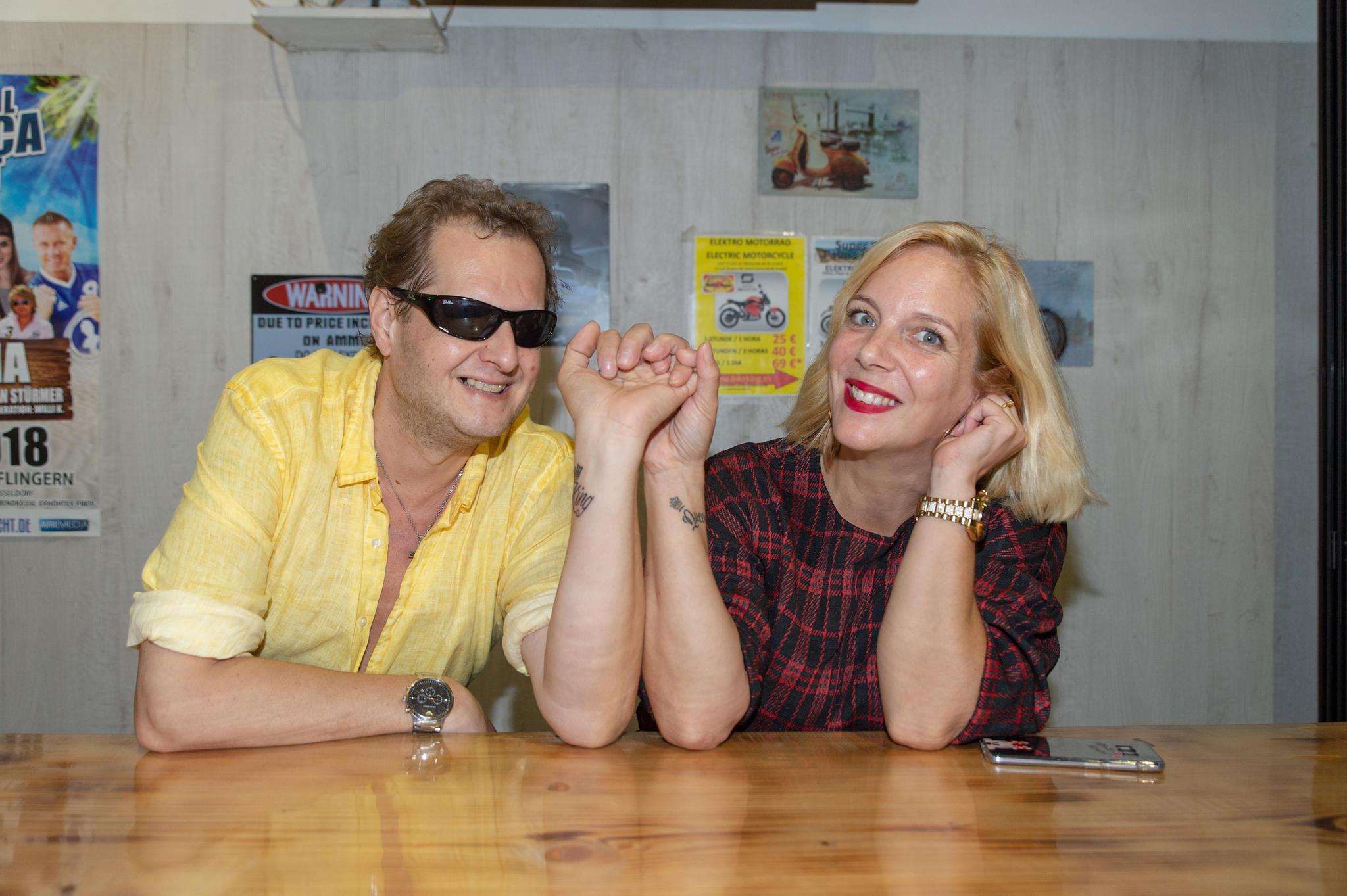 """Eine Erinnerung für die Ewigkeit: Jens und Danielas zeigen im """"Wurst Haus"""", dass ihre Liebe unter die Haut geht,"""