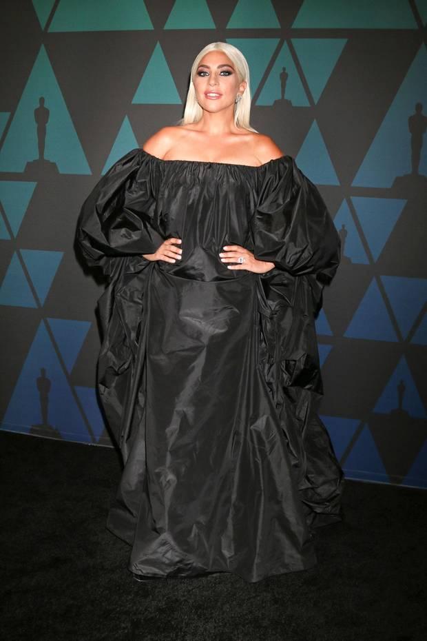 Im schulterfreienBallon-Look von Valentino nimmt Lady Gaga eine Menge Platz auf dem schwarzen Teppich der Governors Awards in Los Angeles ein.