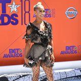 Knapp, knapper, Sibley Scoles: Das It-Girl zeigt sich bei den Bet Awards in einem Rüschen-Minikleid. Eine grobmaschige Strumpfhose verleiht ihrem Look einen ganz anderen Style - geschickt kombiniert.