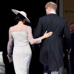 Denn die strengen Regeln der Queen besagen, dass Meghan und Catherine bei öffentlichen Auftritten eine Strumpfhose tragen müssen. Meghans erster Versuch geht jedoch ein wenig in die Hose - denn Herzogin Meghan wählt eine viel zu helle Strumpfhose für ihre Hautfarbe aus.