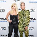 Im Leo-Look von Kopf bis Fuß: Sängerin Rita Ora scheint der Leo-Mania komplett verfallen und setzt deshalb auf einen Allover-Look. Zu einem Paillettenkleid in Grüntönen kombiniert sie eine Strumpfhose und Schuhe in denselben Farben.