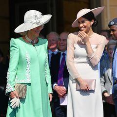 Aller Anfang ist schwer. Bei ihrem ersten Auftritt nach der Hochzeit mit Prinz Harry, zeigt sich Herzogin Meghan bei einer Gartenparty anlässlich des 70. Geburtstages von Prinz Charles. Als frischgebackene Ehefrau eines Royals muss auch sie sich in den Regeln der Queen hingeben und zeigt sich deshalb erstmalig mit einer Strumpfhose ...