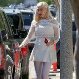 Wer hätte gedacht, dass eine weiße Strumpfhose so gut aussehen kann? Sängerin Gwen Stefani zeigt sich in einem weißen All-Over-Look bestehend aus einem verspielten Minirock, sexy Spitzenoberteil und weißer Strumpfhose. Akzente setzt sie mit ihrem roten Lippenstift und schwarzen Lack-Pumps.