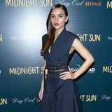 Schauspielerin Quinn Shephard wählt für einen Red-Carpet-Auftritt nicht nur ein sehr stylisches Kleid im Nadelstreifen-Look, sondern kombiniert dazu auch noch eine gemusterte Strumpfhose. Gelungenes Outfit!