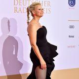 Vor allem von der Seite lässt Barbara Schöneberger tief blicken und zeigt ihre sexy Beine. Die Netzstrumpfhose verleiht ihrem eleganten Look das gewisse Etwas.
