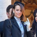 Pauline Ducruet hat sich zu einer echtenFashionista entwickelt und zeigt sich auch an Monacos Nationalfeiertag top gestylt. Unter einem großen, dunklen Blazer trägt sie eine hochgeschlossene Bluseaus Seide. Große Perlenohrringe und schicke Lederhandschuhe machen den Look perfekt! Auch ihr kleines Tattoo im Ohr kommt zur Geltung - ein Hingucker, der bei anderen Royals unvorstellbar wäre!