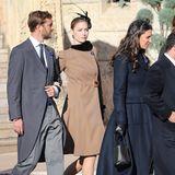 Beatrice Borromeo zeigt sich in einem camelfarbenen Mantel mit seitlich versteckter Knopfleiste. Ein auffälliger, schwarzer Fascinator rundet den eleganten Look der 33-Jährigen, die im Mai erst ihren zweiten Sohn zur Welt brachte, ab.