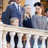 Prinzessin Alexandra von Hannover hat ein wachsames Auge auf ihre Neffen und Nichten. In einem schicken Kostüm und mit einer großen, schwarzen Schleife aus Samt legt sie einen eleganten Auftritt hin.