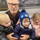 SchauspielerAlecBaldwin zeigt bei seiner Fahrt in der New Yorker U-Bahn mit seinen süßen Kids Leonardo, Rafael und Carmen keine Starallüren.