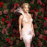Was für ein Auftritt! Im Vintage-Kleid von Thierry Mugler zieht Rita Ora auf dem roten Teppich alle Blicke auf sich.
