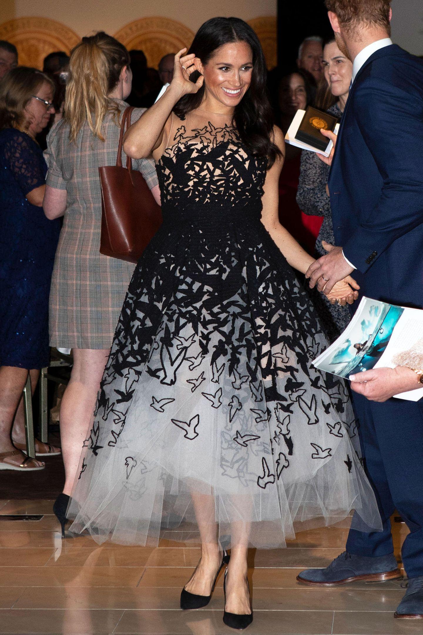 Mit solchen Glamour-Looks dürfte für Meghan bald erst einmal Schluss sein. Da sollte man sich an dem Traumkleid von Oscar de la Renta noch sattsehen.