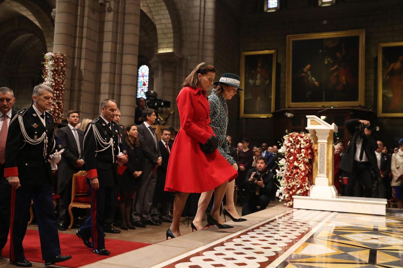 Prinzessin Stéphanie und Schwester Prinzessin Caroline wohnen dem Gottesdienstin derKathedrale Notre-Dame-Immaculée bei.