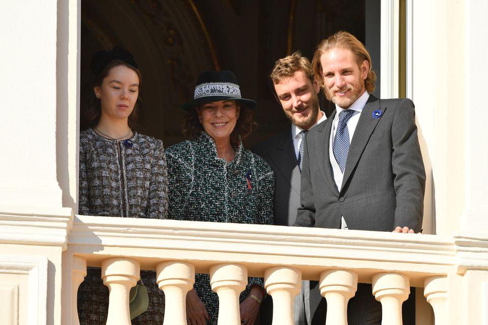 Prinzessin Alexandra vonHanover, Prinzessin Caroline von Hanover, Pierre Casiraghi und Andrea Casiraghi strahlen vom Balkon des Fürstenpalasts.