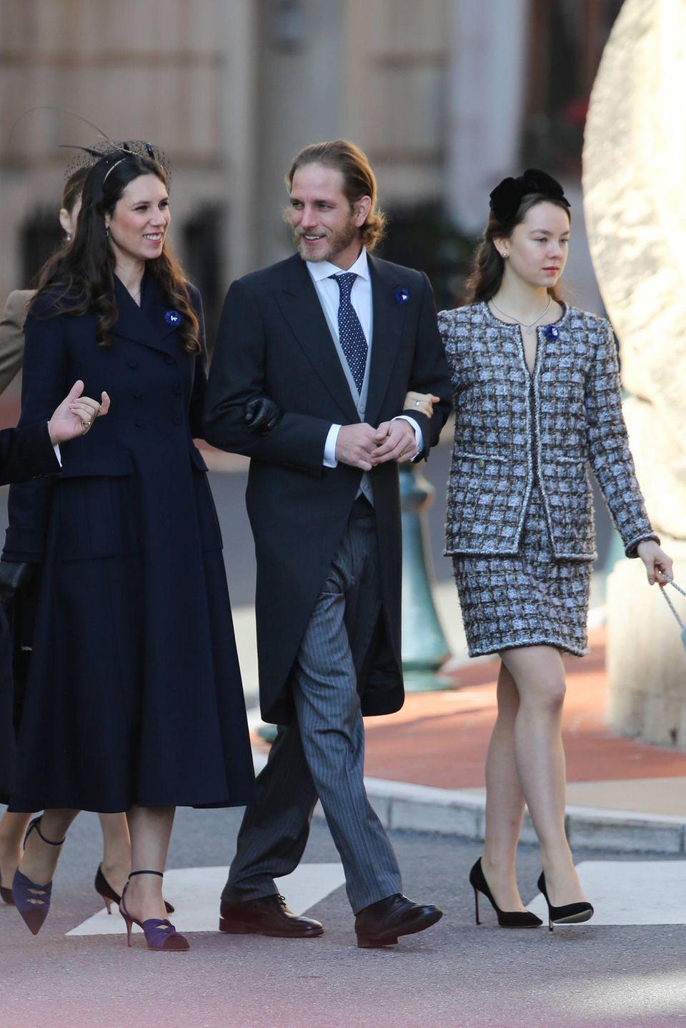 Andrea Casiraghi ganz Gentleman: An einem Arm führt er Ehefrau Tatiana Santo Domingo, am anderen Schwester Prinzessin Alexandravon Hannover während derFeierlichkeiten zum Nationalfeiertag in Monte-Carlo.