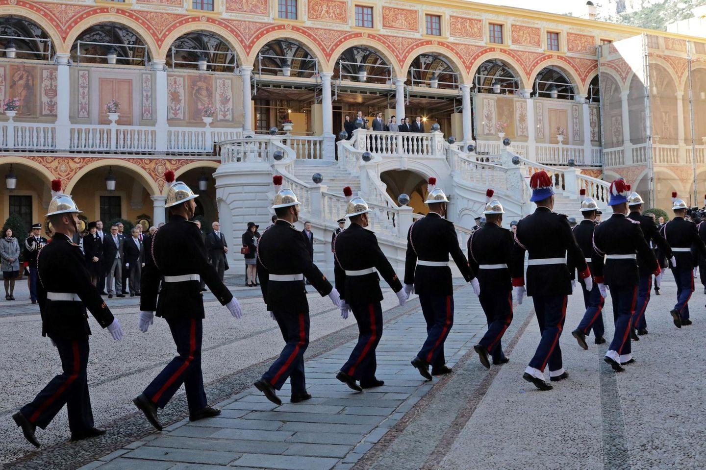 MonacosCarabinieri marschieren über den Platz des Fürstenpalasts.