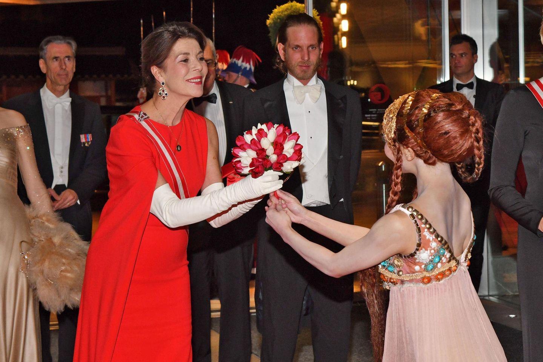 Caroline von Hannoverwird bei der Gala zum Nationalfeiertag mit einem Blumenstrauß begrüßt.
