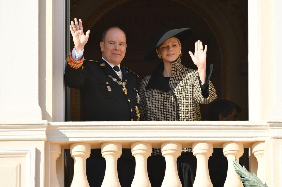 Fürst Albert II. und seine Ehefrau Fürstin Charlène winken dem Volk zu.
