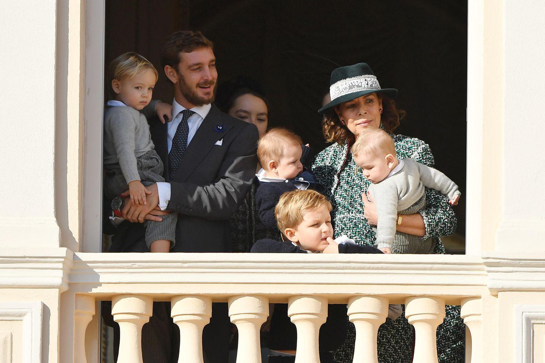 Auf dem Balkon können wir einen ersten Blick auf den jüngsten Zuwachs der Monegassen werfen: Prinzessin Caroline von Hannover hält ihre Enkelsöhne Francesco, derjüngste Sohn von Pierre Casiraghi und Beatrice Borromeo, und Maximilian, der jüngste Sohn von Andrea Casiraghi und Tatiana Santo Domingo, im Arm.