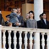 Andrea Casiraghi,Sacha Casiraghi, Stefano Casiraghi, Pierre Casiraghi,Prinzessin Alexandra, Pauline Ducruet undLouis Ducruet (v. l. n. r.): Die gesamte Fürstenfamilie Monacos versammelt sich zum Nationalfeiertag im Fürstenpalast.