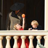 Wer braucht schon eine Zeremonie zum Nationalfeiertag: Prinzessin Gabriella, Tochter Fürstin Charlénes, hat bloß Augen für ihren orangefarbenen Ballon.
