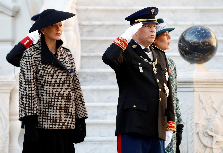 Flankiert von seiner Ehefrau und Schwester salutiert Fürst Albert II. (Mitte) während der Feierlichkeiten zu Monacos Nationalfeiertag.