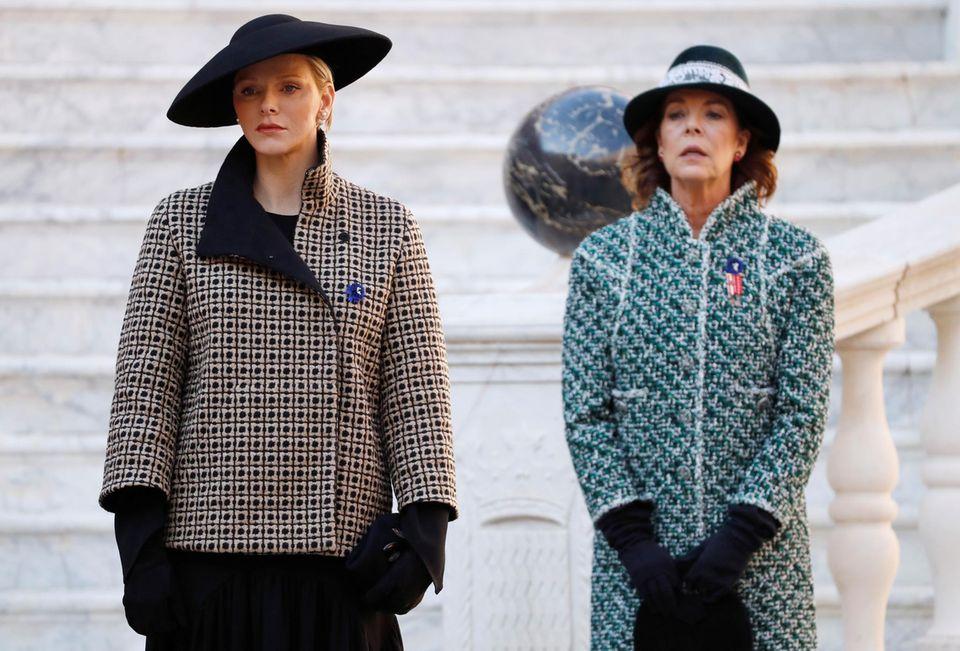 In Feierlaune scheinen die Damen Fürstin Charlène undPrinzessin Caroline nicht zu sein.Statt mit einem Lächeln auf den Lippen, zeigen sie sich mit ernster Miene.