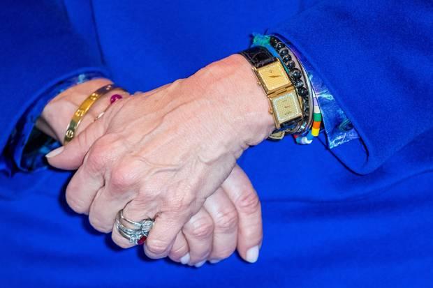 Diese Uhr mit zwei Ziffernblättern trägt Königin Silvia häufig.