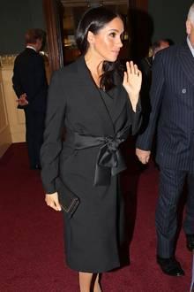 Zur Gedenkfeier in der Royal Albert Hall, im Rahmen des Remembrance Days, hält sich Herzogin Meghan an das Hofprotokoll und trägt im Beisein der Queen eine hautfarbene Strumpfhose. Doch so richtig gelingt ihr dies auch bei diesem Auftritt nicht. Vom Regen haben sich unschöne Flecken auf Meghans Strumpfhose gebildet.