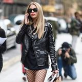 Dieser Look rockt: Model Stella Maxwell möchte auch in der kühleren Jahreszeit nicht auf ihre Jeansshorts verzichten. Deshalb kombiniert sie einfach einen Kapuzenpullover, Lederjacke, derbe Boots und natürlich eine angesagte Netzstrumpfhose zu diesem Outfit.