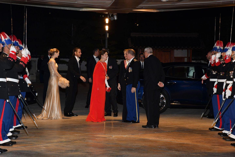 Auch Prinzessin Caroline wählt ein Kleid, das auffällt. Sie trägt ein knallrotes Cape-Kleid.