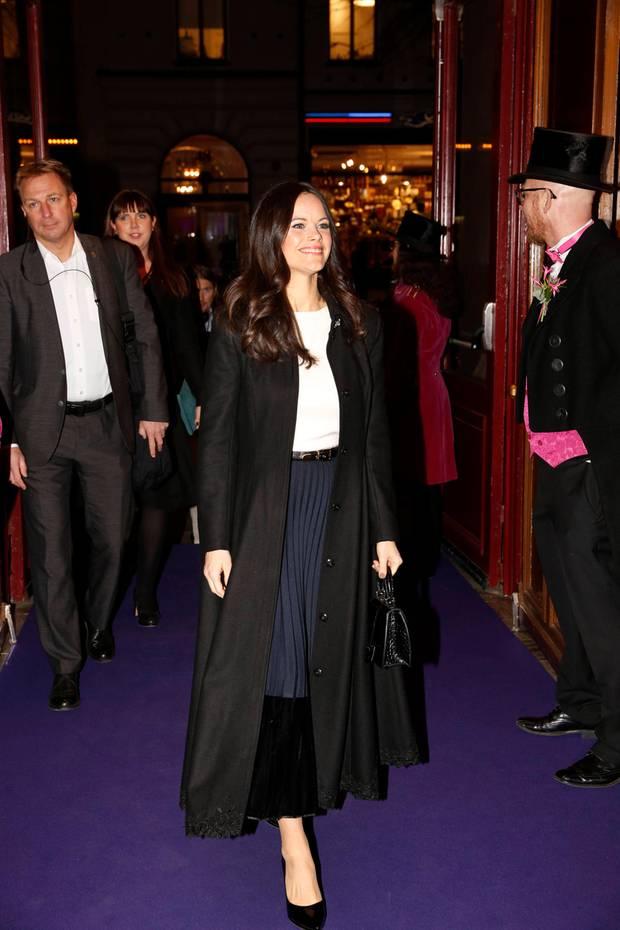 """Prinzessin Sofia strahlt, als sie am 19. November zur Verleihung des""""Visa vägen-priset"""" in Stockholm erscheint. In einem langen, schwarzen Mantel schützt sie sich gegen die eisigen Temperaturen."""