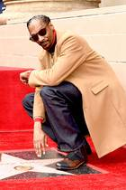 """19. November 2018  Große Hollywood-Ehre für US-Rapper Snoop Dogg! Der Musiker ist mit einem Stern auf dem Hollywood Walk of Fame geehrt worden.Bei der Enthüllung des Sterns in Los Angeles, lobtSnoop Dogg erstmal sich selbst: """"Ich möchte mich bei mir dafür bedanken, an mich geglaubt zu haben"""". Auch für """"all die harte Arbeit"""" wolle er sich bei sich selbst bedanken, sagtder für seinen trockenen Humor bekannte West-Coast-Rapper."""