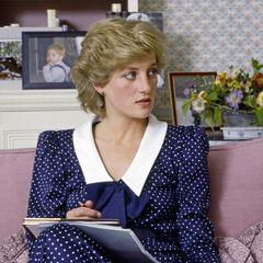 ... Die Idee eines blauen Polkadot-Kleids stammt von niemand Geringerem als Lady Diana. Kates bereits verstorbene Schwiegermutter trug 1985 ein ganz ähnliches Kleid. Wie auch bei Herzogin Catherine besticht das Midi-Kleid mit einem auffälligen weißen Kragen. Anders als bei Kates Dress ist der Ausschnitt bei Diana etwas tiefer und wird durch eine große blaue Schleife im Brustbereich verziert.