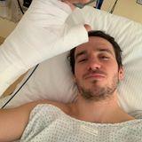 Operation gut überstanden: Direkt nach dem Eingriff zeigt sich Felix Neureuther mit dickem Verband um den operierten Daumenauf Instagram.