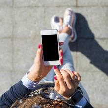 Frau mit einem iPhone in der Hand