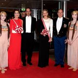 Caroline von Hanover, Andrea Casiraghi, Fürstin Charlene und Fürst Albert II. (v.l.n.r.) rücken für ein royales Gruppenfoto zusammen. NurBeatrice Casiraghi, links am Bildrand, hat den Moment scheinbar verpasst.