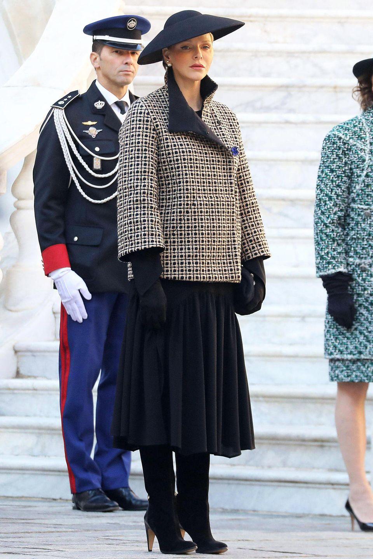 Fürstin Charlène von Monaco bei den Feierlichkeiten zum Nationalfeiertag (19.11)2018 in Monte-Carlo. Die Ehefrau von Fürst Albert wählt für die Feierlichkeiten am Nachmittag ein farblich sehr zurückhaltendes Outfit. Lediglich die beigefarbenen Karos auf ihrem Mantel sind ein kleiner Farbklecks.