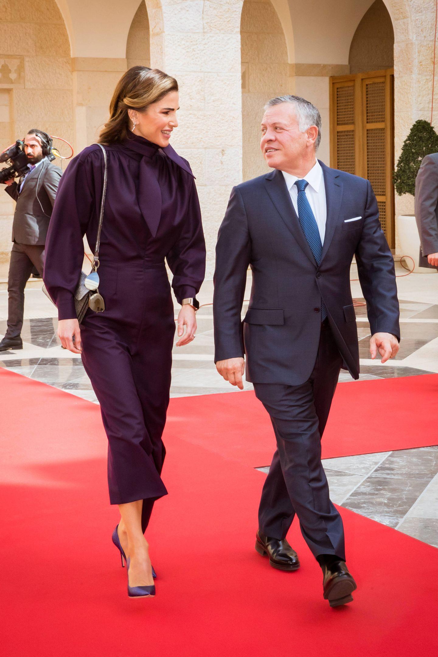 Königin Raniabeim Empfang des Präsidenten von Mazedonienim Al Husseiniya Palast in Amman, an der Seite ihres Ehemanns KönigAbdullah. Ihr Outfit ist wie immer makellos, wirft allerdings eine Frage auf ...