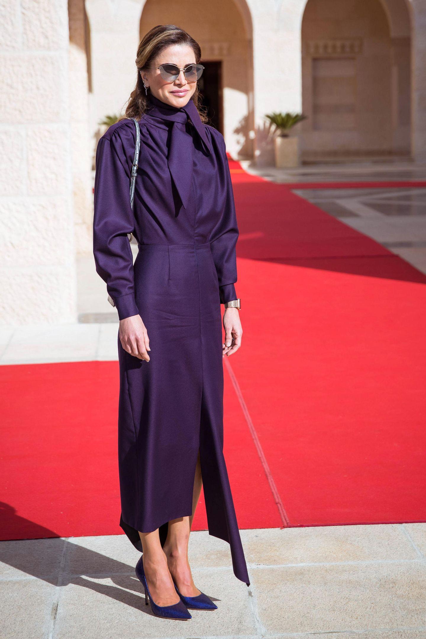 Mit ihrer Sonnenbrille in Cateye-Optik sieht Königin Rania ein wenig aus wie eine schöne Geheimagentin. Ob die jordanische Königin etwa geheime Style-Pläne hat? Die Fotos ihrer nächsten Auftritte werden es zeigen.