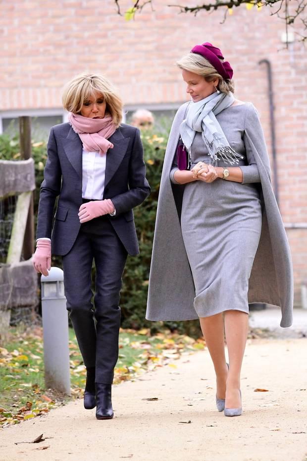 Im Partnerlook mit Königin Mathilde: Frankreichs First Lady Brigitte Macron und ihr Ehemann Emmanuel sind aktuell auf Staatsbesuch in Belgien. Königin Mathilde und Brigitte Macron liefern sich ein tolles Style-Duell. An Tag Zwei scheinen sich die Damen offenbar abgestimmt zu haben, denn beide tragen Looks in Grautönen mit Akzenten in Pinktönen.