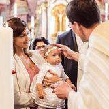 25. Juni 2018  Während Sarah Harrison sich von der Zeremonie verzaubert zeigt, schaut Mia Rose bei ihrer Taufe noch etwas skeptisch.
