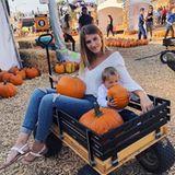 26. Oktober 2018  Familienzeit auf einerKürbisfarm in Los Angeles: Mia Rose hat ihren bereits zum Fressen gern.