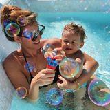 12. November 2018  Seifenblasen liebt jedes Kind, da macht Mia Rose keine Ausnahmen. Gemeinsam mit Mama Sarah Harrison wird im sonnigen Mexiko im Pool geplanscht.
