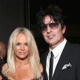 """Pamela Anderson und Tommy Lee  Obwohl es nach den Eskapaden von Tommy Lee etwas merkwürdig erscheinen mag, pflegen auch er und Pamela Anderson heute noch eine enge Freundschaft. """"Ich habe irgendwann gemerkt, dass ich nicht zwei, sondern drei Kinder habe"""", meintdie Ex-""""Baywatch""""-Nixe in einem Interview. Tommy Lee, mit dem sie zwei Söhne hat, werde für Anderson """"immer ein Teil meines Lebens"""" sein."""