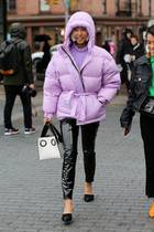 Fashion-Blogger Vanessa Hong trägt eine pinkfarbene Winterjacke während der Fashion Week in New York.