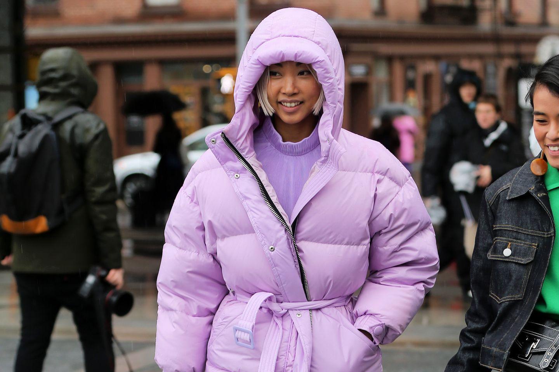 Fashion-BloggerVanessa Hong trägt eine pinkfarbene Winterjacke während der Fashion Week in New York.