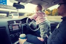 Was steckt dahinter?: Vater lässt sein kleines Kind das Auto lenken