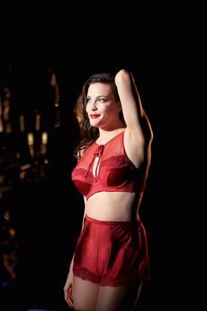 """Liv Tyler in """"Liv's Luxurios Essence""""  für Triumph"""