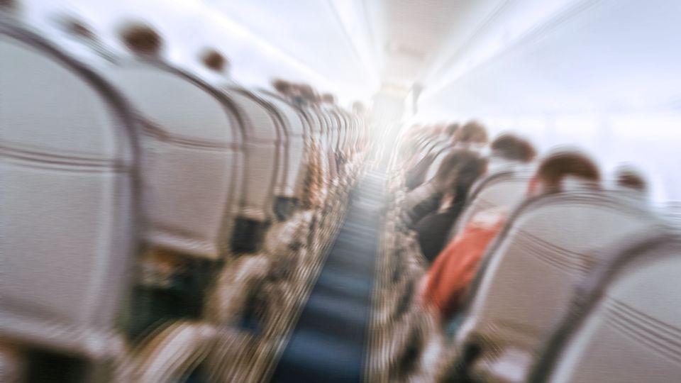 Wie kann man nur?!?: Betrunkene easyJet-Passagierin rastet vollkommen aus