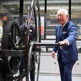20. November 2018  Bei seinem Besuch des Royal College of Art in London muss Prinz Charles kräftig mit anpacken. Das scheint dem rüstigen Prinzen allerdings nicht sonderlich zu stören.